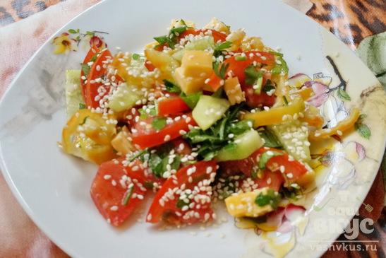 Салат с овощами, сыром и кунжутом