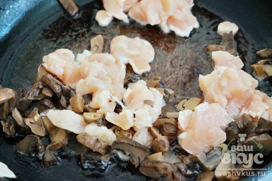 Блинчики с курицей и грибами в сливочном соусе