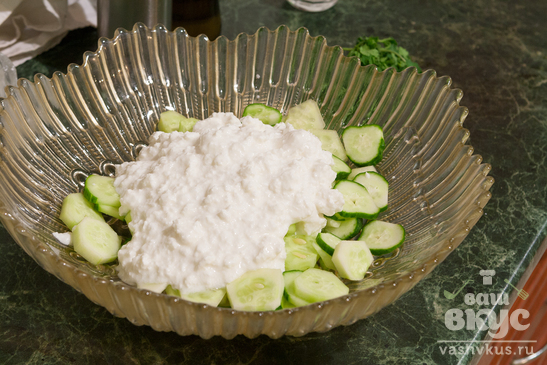 Салат из огурцов, творога с маслом авокадо