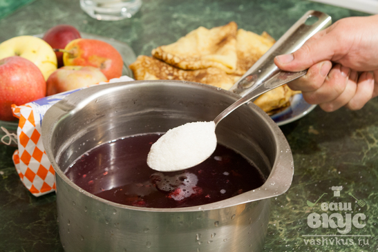 Блинный десерт с кандированными фруктами и малиновым киселём
