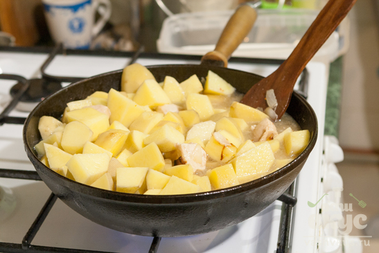 Картофель тушёный с куриной грудкой