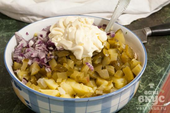 Картофельный салат с куриной грудкой и солеными огурцами