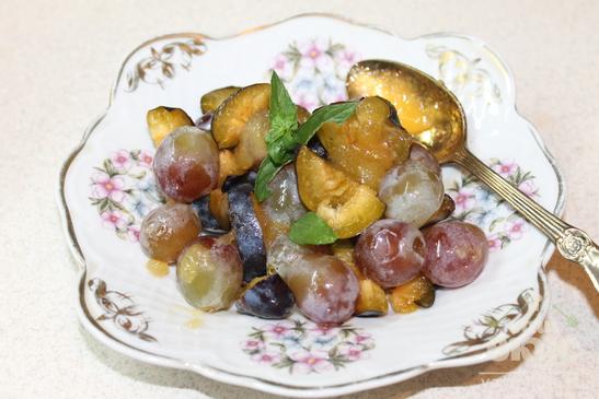 Сладкий салат из винограда и слив