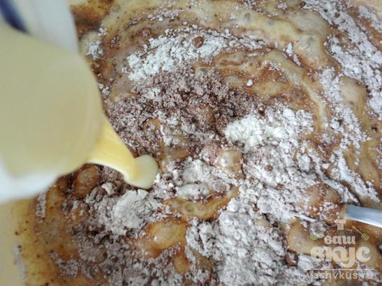 Бисквитный пирог с яблоками, сливой и сгущенным молоком