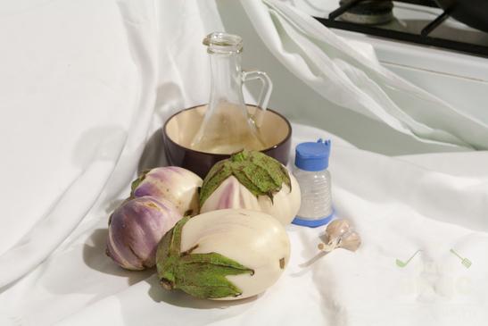 Белые баклажаны, жаренные с чесноком