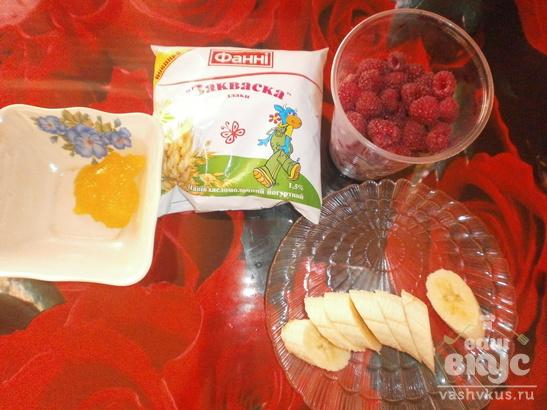 Сладкий десерт с малиной, медом и закваской