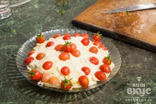 Салат с картофелем, плавленным сыром и черри