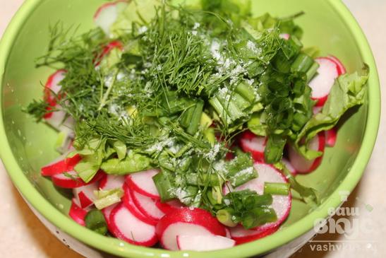 Салат с редисом и зеленью