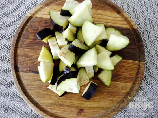 Баклажан с помидорами и грецкими орехами