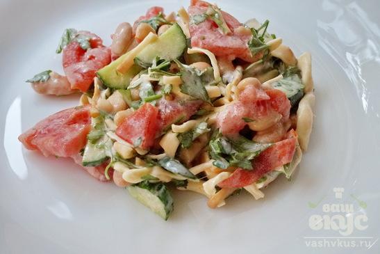 Салат из фасоли, овощей с сулугуни
