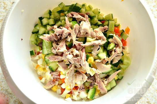 Салат с курицей, зеленым горошком и овощами