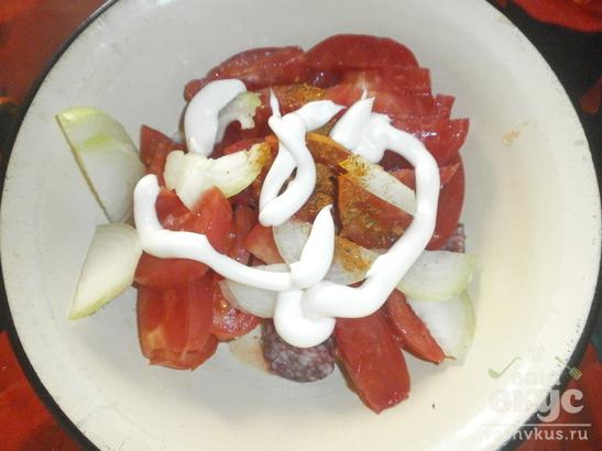 Салат с помидором и сырокопченой колбасой «Кокетка»