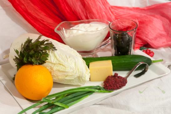 Салат с пекинской капустой, апельсином, сыром и острой сметанной заправкой