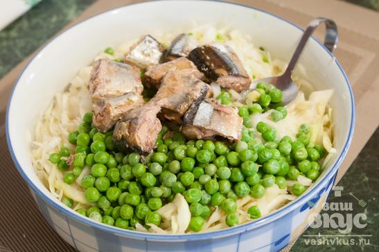 Салат с капустой, сайрой и горошком