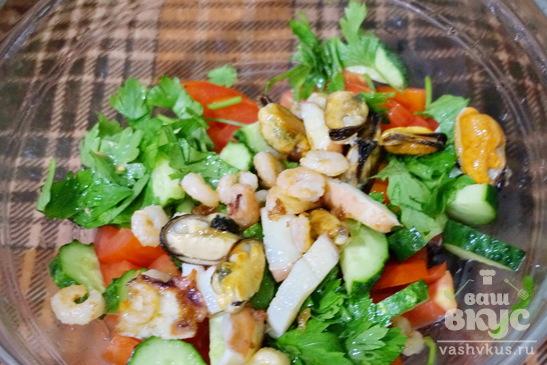 Салат с морским коктейлем и овощами