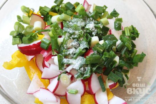 Салат из редиса, болгарского перца и зеленого лука
