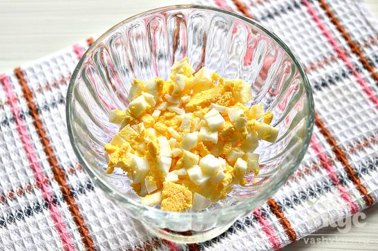 Простой слоеный салат из курицы и яиц