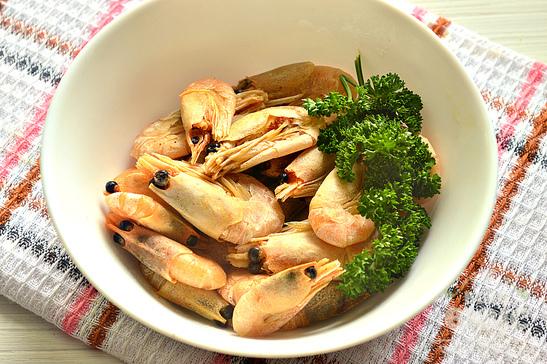 Вареные креветки с чесноком и зеленью