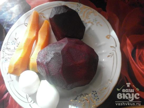 Салат «Шуба» с консервированным горошком и яйцом