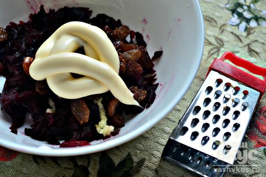 Свекольный салат с изюмом и чесноком