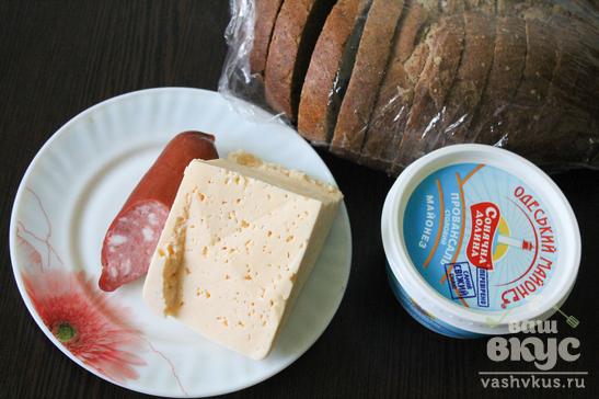 Горячие бутерброды с майонезом, колбасой и сыром