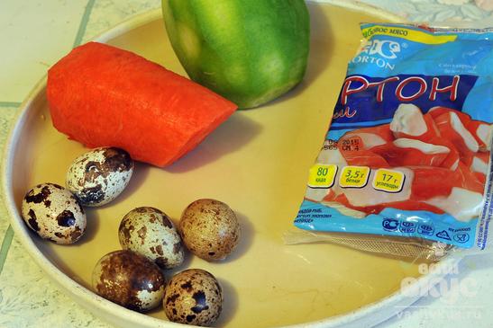 Салат из овощей и крабов с перепелиными яйцами