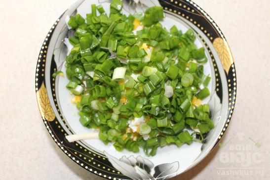 Салат из зеленого лука, яйца и плавленного сыра
