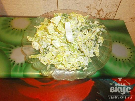 Салат из савойской капусты и лука порея