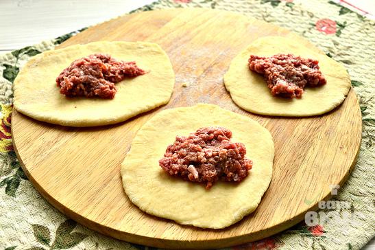 Пирожки с мясным фаршем на сковороде