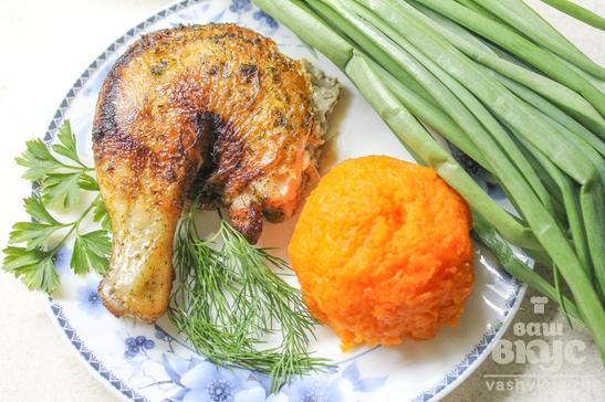 Цыпленок табака с зеленью на сковороде