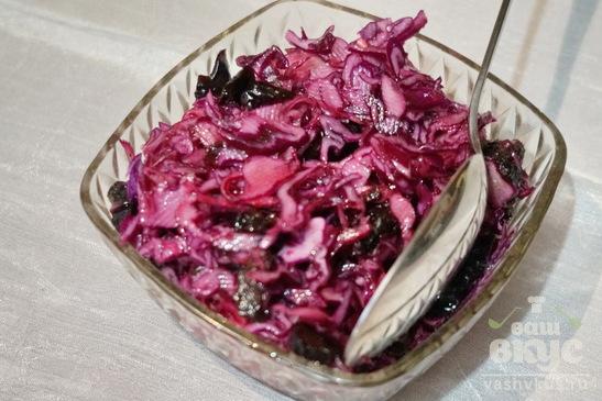 Салат из капусты краснокочанной и чернослива