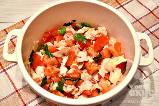 Диетический куриный салат с помидорами и капустой