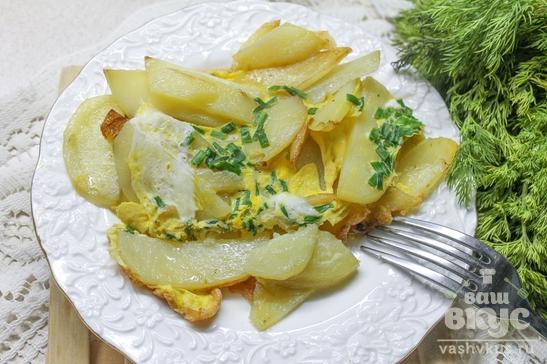 Жареный картофель с яйцами и шнитт-луком