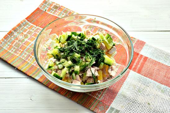Салат со свежими огурцами и курицей