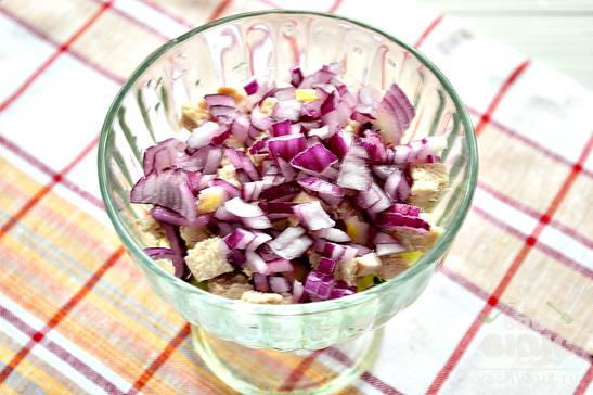 Куриный слоеный салат с фиолетовым луком
