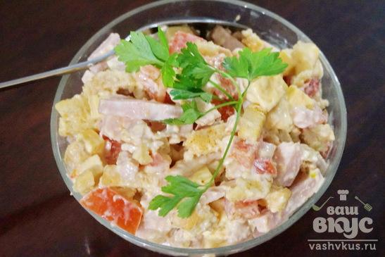Салат из ветчины, помидоров и сухариков