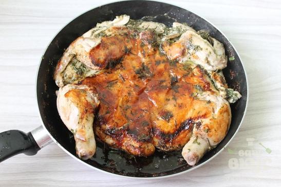Цыпленок табака с сушеной петрушкой на сковороде