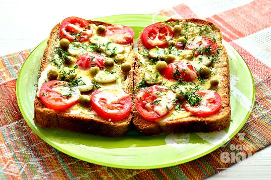 Мини - пиццы с корнишонами и зеленым горошком