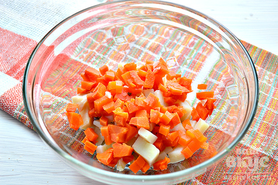 Простой салат с корнишонами и горошком