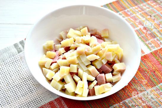 Салат с маслинами и колбасой