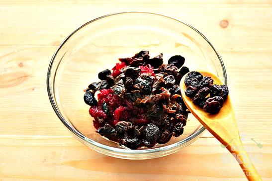 Свекольный салат с черносливом, изюмом и грецкими орехами