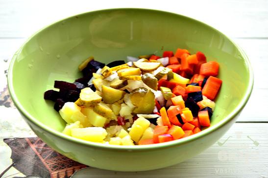 Салат из отварных овощей с корнишонами и маслинами