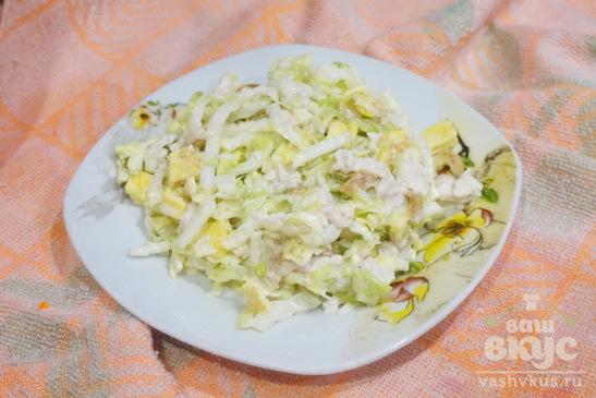 Салат с пекинской капусты, яйцом и сулугуни
