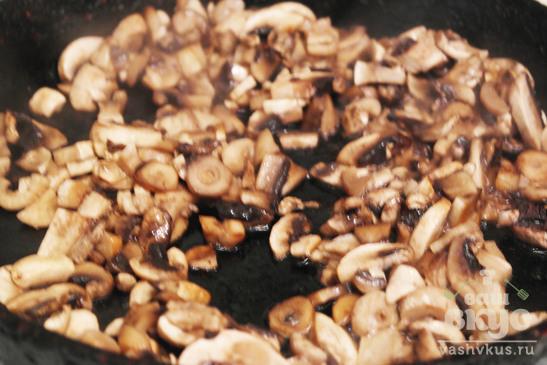 Куриная грудка с грибами и луком