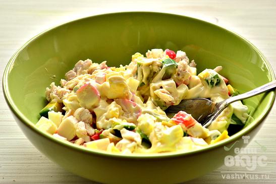 Салат с куриной грудкой, крабовыми палочками и авокадо