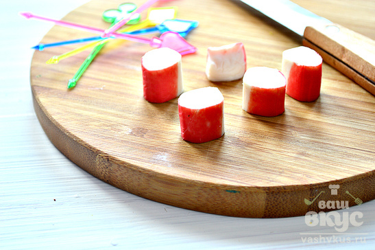 Канапе с крабовыми палочками и авокадо