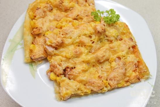 Пицца с колбасой и кукурузой на слоеном тесте