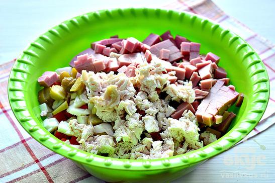 Оливье с колбасой и курицей