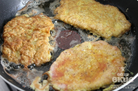 Отбивные из свинины на сковороде в кляре