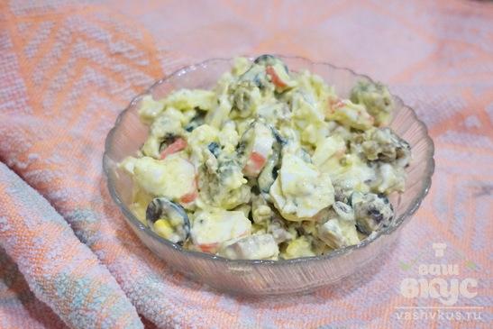 Салат с морским коктейлем и яйцом